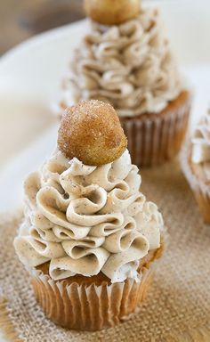 Caramel Apple Cupcakes - Dreamy cinnamon and apple stuffed cupcakes with a Caramel Cinnamon Cream Cheese Frosting and a sugary cinnamon apple on top! These Caramel Apple Cupcakes are the perfect dessert to make fall! Oreo Cupcakes, Caramel Apple Cupcakes, Yummy Cupcakes, Caramel Apples, Cupcake Cakes, Cinnamon Apple Cupcake Recipe, Apple Pie Cupcakes, Apple Caramel, Gourmet Cupcakes