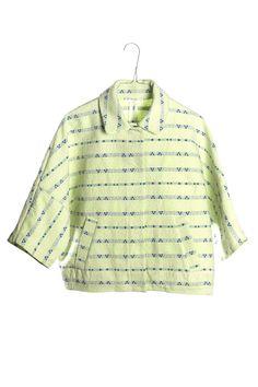 Chaqueta corta estampada color verde lima con detalles en color azul marino. Mangas tres cuartos y dos bolsillos laterales. Abotonada en el centro con botones de click. Larga por encima de cintura. Talla única correspondiente a una talla M.