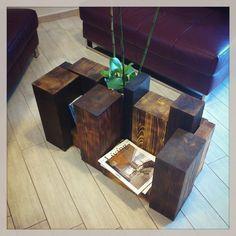 Un tavolino da soggiorno semplice semplice