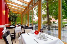 Unser Restaurant bietet Platz für ca. 40 Gäste in einem freundlichen Ambiente. Ein sehr beliebter Platz in unserem Restaurant ist unser lichtdurchfluteter Wintergarten, Richtung Forststraße (westliche Richtung). Lassen Sie den Tag an unserer Bar bei einem Cocktail, einem sächsischen Wein oder einem PRIVAT Bräu ausklingen.