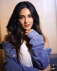 Kiara Advani gym look is so fascinating that includes stylish sports bras & yoga pants, will get assured inspiration to work out even in the situation of self-isolation. Bollywood Girls, Bollywood Celebrities, Bollywood Stars, Indian Actress Photos, Indian Actresses, Beautiful Bollywood Actress, Beautiful Actresses, India Beauty, Asian Beauty