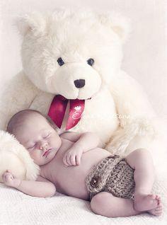 El bebe y el oso de peluche