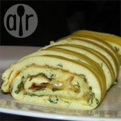 Gerolltes Omelett aus dem Backofen - Ein einfach zubereitetes Omelett, das einfach köstlich schmeckt. Es wird im Backofen gegart und danach aufgerollt.@ de.allrecipes.com