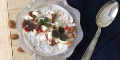 Den her ultranemme køleskabsgrød med havregryn giver næsten oplevelsen af at spise dessert til morgenmad. Den smager dejligt sødt, men består udelukkende af sunde og nærende ingredienser.