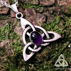 Spirit Celtic - Amethyst necklace Ornate Celtic interlacing of an amethyst gem in Celtic, medieval fantasy, elven jewelry Necklace with a Triquetra Celtic symbol representing the cycle of life combined with an amethyst purple Amethyst (gemstone) light purple to dark purple Silver metal With stainless steel chain * Each stone is unique and may be different from photos *. Overall height: 3.2 cm Chain length: 45 cm (adjustable upon request) gift idea wedding, event medieval fantasy? This ...