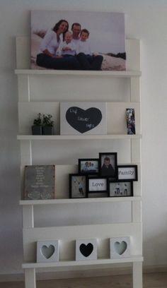 Boekenrek met fotolijstjes en plantjes. Weer eens wat anders dan boeken..