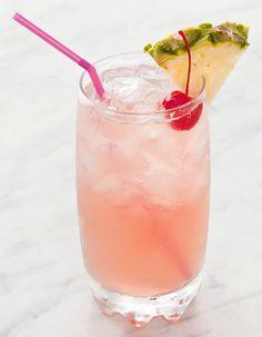Recette Cocktail rose spritzer au vin rosé : Dans un verre rempli de glaçons, versez le vin et le sirop de rose. Allongez avec du Perrier. Mélangez et servez...