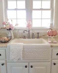} Clean, Crisp & Organized Farmhouse Style Decor Ideas Farmhouse Kitchen Decor Ideas - LOVE this farmhouse sink - has a shabby chic look to it!Farmhouse Kitchen Decor Ideas - LOVE this farmhouse sink - has a shabby chic look to it! Lavabo Shabby Chic, Baños Shabby Chic, Cocina Shabby Chic, Shabby Chic Zimmer, Shabby Chic Interiors, Shabby Chic Bedrooms, Shabby Chic Furniture, Shabby Chic Yellow Bedroom, Wood Furniture