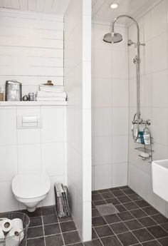 Yläkerran kylpyhuoneen remontti kesti pitkään. Tummanharmaa lattia on italialaista laattaa. Suihkusetti on Badexin. Vessanpuoleinen seinä on maalattua raakalautaa. Pöntön yläpuolella oleva taso on hyvä säilytyspaikka pyyhkeille ja muulle pikkutavaralle. Suihkun ja vessan välinen seinä on vesieristetty.