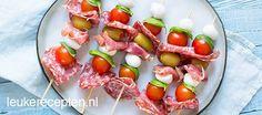 Deze prikkers met Italiaanse ingredienten vormen een gezellig borrelhapje of starter van je diner