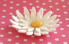 Daisy Wedding Themes | Team Wedding Blog #weddingcake #daisies #teamwedding #weddingideas