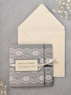 Un piccolo tag anche sull'invito, con nomi e data. Accanto al cuoricino (compra gesso).