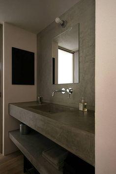 """灰色のインダストリアル洗面所/お風呂/トイレのデザイン:""""洗面所""""をご紹介。こちらでお気に入りの洗面所/お風呂/トイレデザインを見つけて、自分だけの素敵な家を完成させましょう。"""