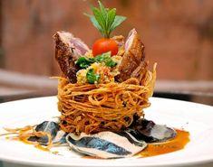 Steak lambado with potato noodle and eggplant Thai Food Menu, Food Plating Techniques, Food Menu Design, Weird Food, Food Test, Food Presentation, Creative Food, Food Inspiration, Food Photography