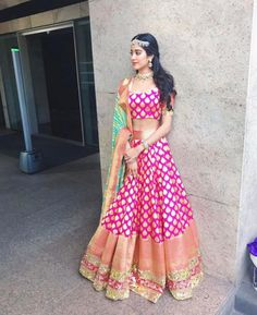 Jhanvi Kapoor à Manish Malhotra a conçu le lehenga traditionnel Indian Lehenga, Banarasi Lehenga, Patiala Salwar, Anarkali, Manish Malhotra Lehenga, Lehenga Top, Brocade Lehenga, Indian Wedding Outfits, Bridal Outfits