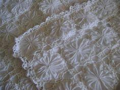 ALMOFADA DE FUXICO E CROCHE BRANCA R$ 45,00 Crochet Quilt, Love Crochet, Crochet Doilies, Crochet Baby, Knit Crochet, Quilts Vintage, Quilt Patterns, Sewing Patterns, Yo Yo Quilt