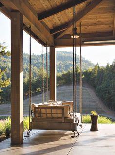Una casa de ensueño hecha de madera en el bosque. El diseño moderno casa de madera