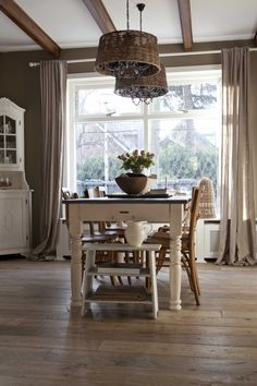 Gezellige woonkamer met mooie tafel. Gezellige woonkamer met mooie landelijke tafel