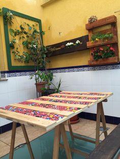 Estupenda mesa fabricada con palett y chapas de refrescos