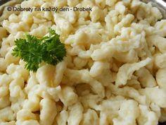 Bramborové špecle 350g oloupaných prolisovaných brambor 150g polohrubé mouky 3 vejce sůl Postup Brambory smícháme s vejci a solí a přidáme tolik mouky, aby vzniklo husté těstíčko. Protlačíme ho přes síto na kapání nebo halušky do hrnce s vroucí osolenou vodou, a jakmile špecle vyplavou na hladinu, vaříme je asi minutu (těsto vaříme aspoň ve dvou várkách). Pak je nasypeme do ledové vody a po zchladnutí scedíme. Před podáváním ohřejeme na pařáčku. Špecle jsou vhodnou přílohou k dušeným masů