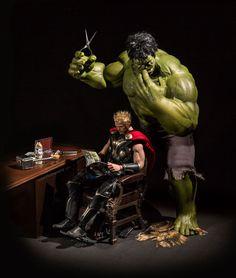 Geniales fotografías de la vida cotidiana de superhéroes - cortando el cabello a Thor