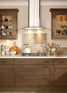 Tewkesbury Dark Oak - Tewkesbury - Kitchen Families - Kitchen Collection - Howdens Joinery Cooker hood and tiles