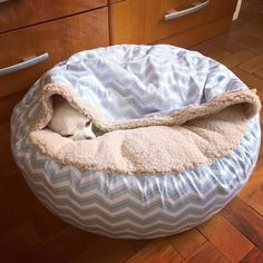 Dog bed 45 models of handmade and cheap walks (step by step) - Diy pet bed, Dog bed, Diy . Dog Room Decor, Diy Dog Bed, Diy Pet, Dog Rooms, Pet Furniture, Pet Beds, Diy Stuffed Animals, Baby Dogs, Pet Clothes