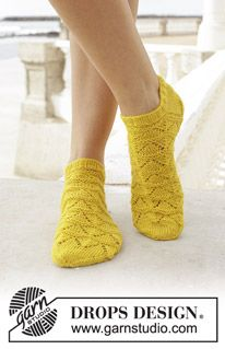 Sun dance / DROPS - free knitting patterns by DROPS design Knitted socks with lace pattern. Sizes 35 - Worked in DROPS flora. Always aspired to discover ways to knit, although. Knitted Socks Free Pattern, Knitting Patterns Free, Free Knitting, Knitting Socks, Knit Socks, Drops Design, Lace Patterns, Crochet Patterns, Magazine Drops
