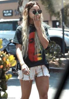 Vanessa Hudgens Shows Her Love for Bob Marley!: Photo Vanessa Hudgens shows off her long, blue nails as she enjoys the weather on a sunny Sunday afternoon (June in Studio City, Calif. Bob Marley Shirts, Star Fashion, Fashion Outfits, Teen Fashion, New York City, Vanessa Hudgens Style, Love Her Style, Look Cool, Spring Summer Fashion