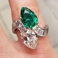 Diamond Jewelry a Bulgari emerald and diamond twist ring, with the most intense green emerald. Emerald Jewelry, Diamond Jewelry, Emerald Rings, Turquoise Jewelry, Diamond Pendant Necklace, Diamond Earrings, Diamond Necklaces, Pearl Earrings, Modern Jewelry