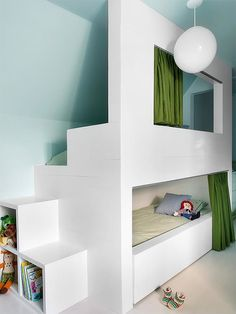 een leuk stapelbed of hoogslaper voor in de kinderkamer - Roomed Attic Rooms, Attic Spaces, Kid Spaces, Bunk Rooms, Attic Apartment, Bunk Beds Built In, Kids Bunk Beds, My New Room, Kids Bedroom