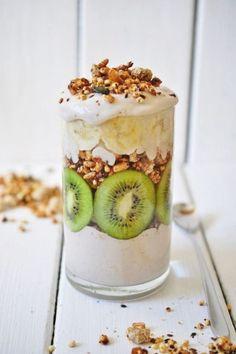 nads healthy kitchen/ kiwi nana granola parfait with nana cream Kiwi Recipes, Brunch Recipes, Breakfast Recipes, Dessert Recipes, Breakfast Ideas, Easy Recipes, Health Recipes, Snacks Saludables, Breakfast Buffet