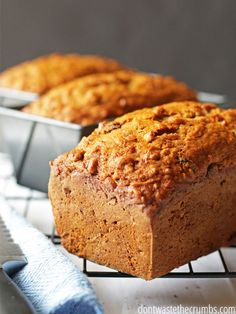 Spiced Carrot Bread with Vanilla Chips - A delicious breakfast bread that will be a hit with the whole family and costs only pennies per serving! dairy 10 recettes de pains à déjeuner pour les matins pressés Breakfast Bread Recipes, Breakfast Dessert, Banana Bread Recipes, Breakfast Muffins, Dessert Bread, Zucchini Muffins, Zucchini Chips, Apple Muffins, Carrot Bread Recipe Moist