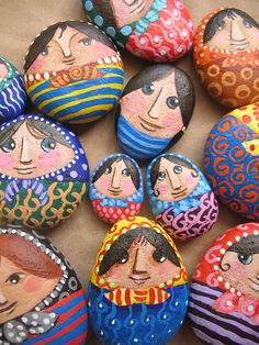 Piedras pisapapeles, por María Tenorio, via Flickr. painted rocks for garden. fun project with kids?