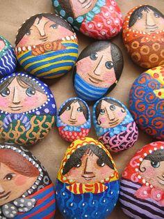 Piedras pisapapeles, por María Tenorio, via Flickr. painted rocks for garden. fun project with kids?