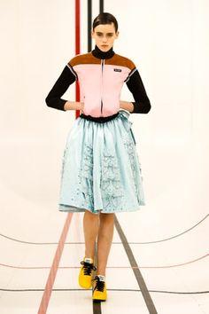 Miu Miu Prêt-À-Porter Printemps-Été 2021 - Défilés | Vogue Paris Summer Fashion Trends, Fashion Week, Fashion Show, Paris Fashion, Spring Fashion, Miu Miu, Vogue Russia, Models, International Fashion
