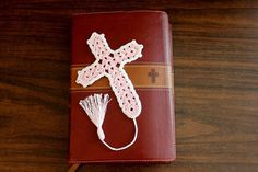 Beautiful Crochet Cross Bookmark tutorial - Right Handed Small Crochet Gifts, Crochet Diy, Easter Crochet, Crochet Cross, Crochet Ripple, Crochet Stars, Hand Crochet, Easy Crochet Bookmarks, Crochet Bookmark Pattern