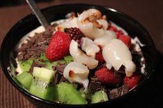 Für den Nachtisch wurde beschlossen, dass auch mal wieder ein paar Vitamine her müssen: Sojajoghurt (Blutorange und Limette gemischt) mit Beerenmischung, Litschis, Schokoraspel und Kiwi.