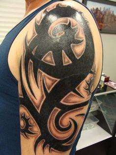 Tattoo grosses Tribal Oberarm Mann