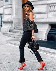 Só no poder!! Vejam como um sapato colorido dá um super estilo ao look monocromático. As calças cropped, ombros de fora, listras e bolsas com alças de correntes são as trends de 2017 para apostar já e sempre! Nunca esqueçam do chapéu e óculos de sol glam! A seleção das fashion girls está aqui -https://goo.gl/cR9yFo e aqui tem chapéu preto divo -https://goo.gl/7CqqxX