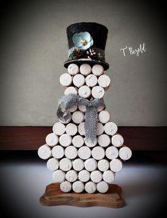 Wine cork snowman using Dollar Tree items Wine Craft, Wine Cork Crafts, Wine Bottle Crafts, Wine Cork Art, Wine Corks, Wine Cork Projects, Snowman Crafts, Holiday Crafts, Christmas Decorations