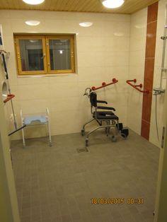 Nikulassa suihkutilat on varusteltu apuvälinein ja runsain tukikahvoin. Suihkutila on avara ja valoisa.