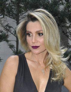 Flávia Alessandra com cabelos loiros belíssimos e escova modelada.