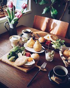 いいね!1,632件、コメント61件 ― MIKI IMAIさん(@miki_rollei_life)のInstagramアカウント: 「0117 Sunday T's boards moning  新鮮な野菜とフルーツたっぷり 紅くるりにブロッコリー、洋梨も 平飼い卵はエッグマフィンに 食通の友人のおすすめ、ありがたい ・…」