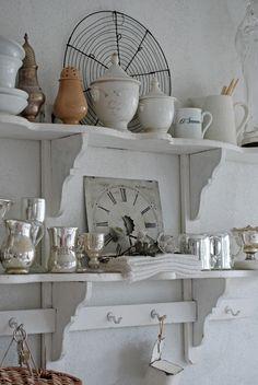 Pretty kitchen shelves  from: Vita Ranunkler: En dag att minnas länge...