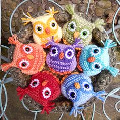 Ugler i rede fra Moji-Moji Design Here's a set of wide-eyed Rainbow Owls and a mossy nest for them t Owl Crochet Pattern Free, Crochet Owls, Rainbow Crochet, Crochet Quilt, Crochet Motif, Crochet Animals, Diy Crochet, Crochet Flowers, Free Pattern