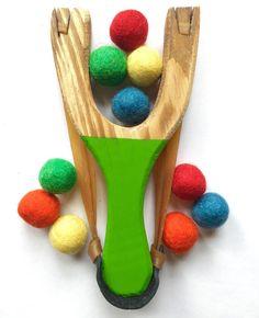 estilingue setra com bolinha de feltro madeira