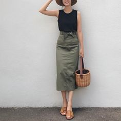 Minimalist Fashion - My Minimalist Living Japanese Minimalist Fashion, Minimalist Fashion Women, Japanese Fashion, Korean Fashion, Pencil Skirt Outfits, Casual Skirt Outfits, Work Fashion, Daily Fashion, Fashion Design