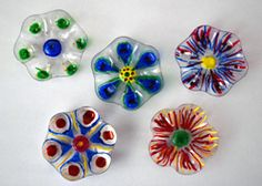Make colorful flowers from plastic bottles - Crafty - Blumen Plastic Bottle Flowers, Plastic Bottle Crafts, Plastic Art, Diy Bottle, Plastic Bottles, Melted Plastic, Soda Bottles, Water Bottle, Crafts For Teens