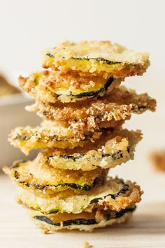 healthy snacks - Oven Baked Zucchini Chips are only 99 calories per serving Why hit the vending machine when you can have this yummy superfood snack Snacks Under 100 Calories, No Calorie Snacks, 100 Calorie Meals, Healthy Dinner Recipes, Snack Recipes, Cooking Recipes, Snacks List, Simple Recipes, Party Snacks